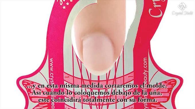 Colocación del Molde para construir uñas artificiales.