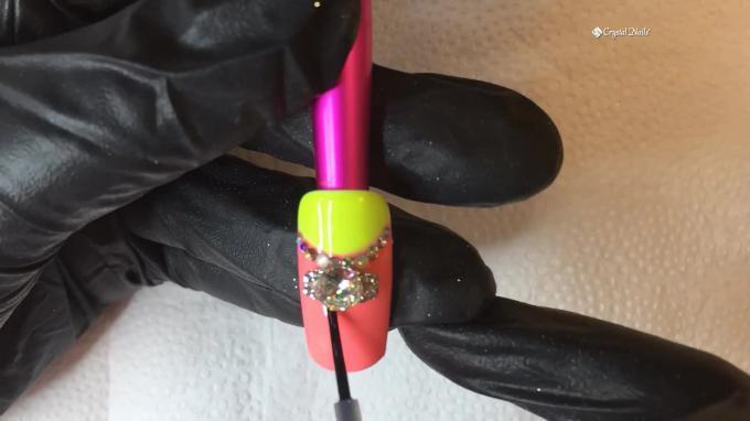 Nail Art en neón con joyas de lujo de Crystal Nails.